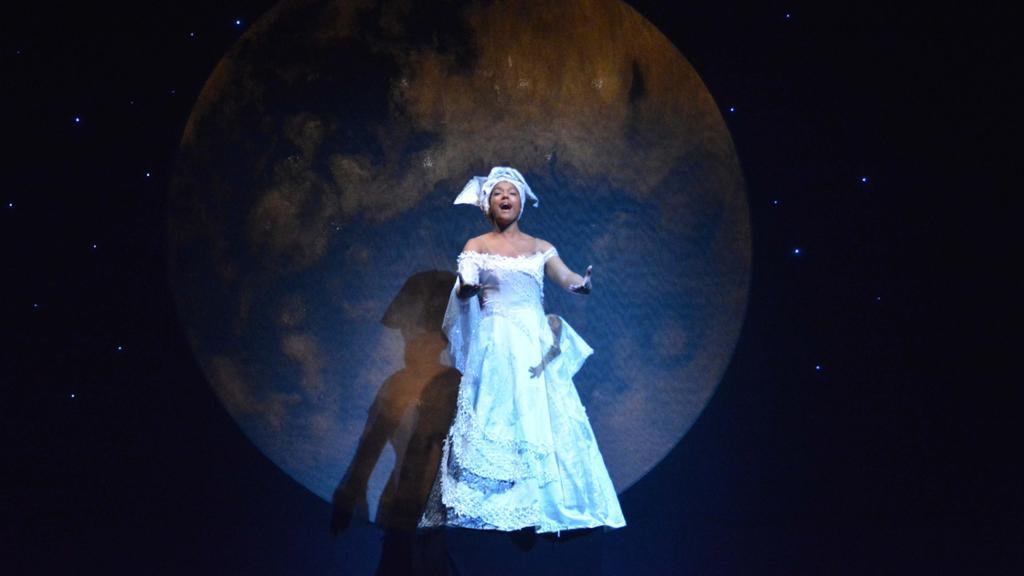 印度·亨德森在舞台上唱歌